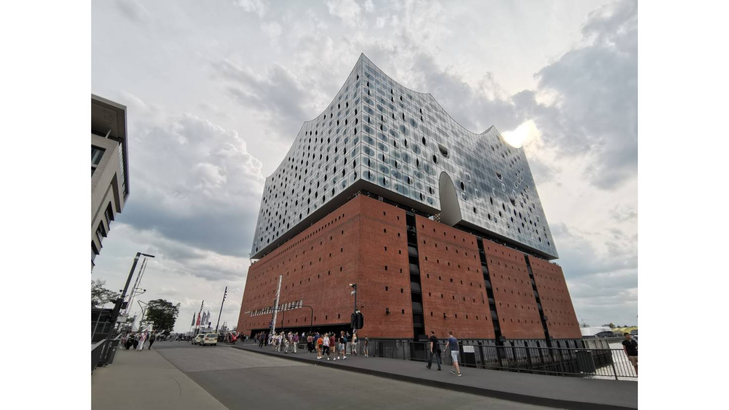 Thanks to the ultra-wide-angle lens, close-up names of the broad Elbphilharmonie succeed.