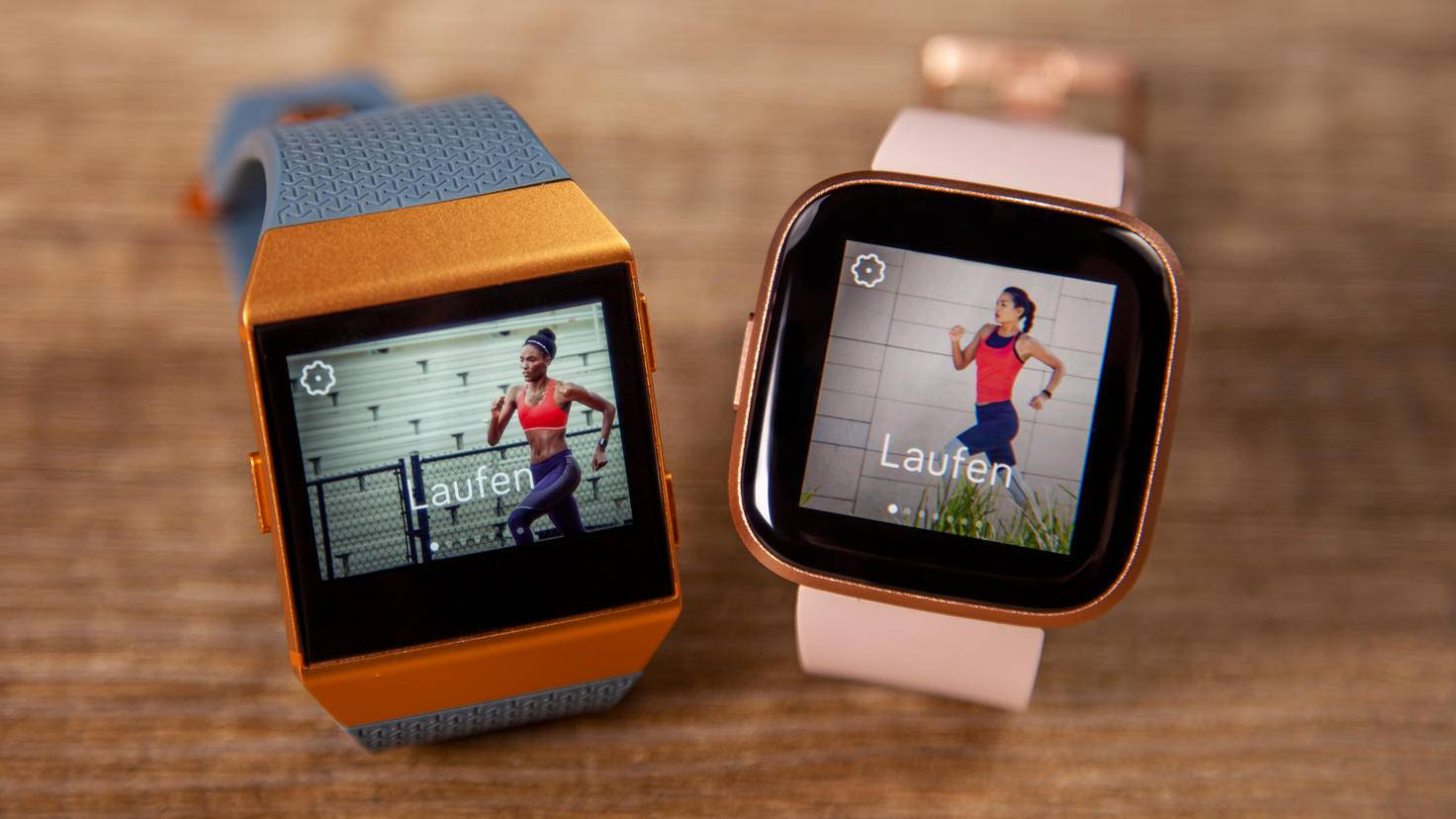 The Fitbit Ionic (left) in direct display comparison with the Fitbit Versa 2.