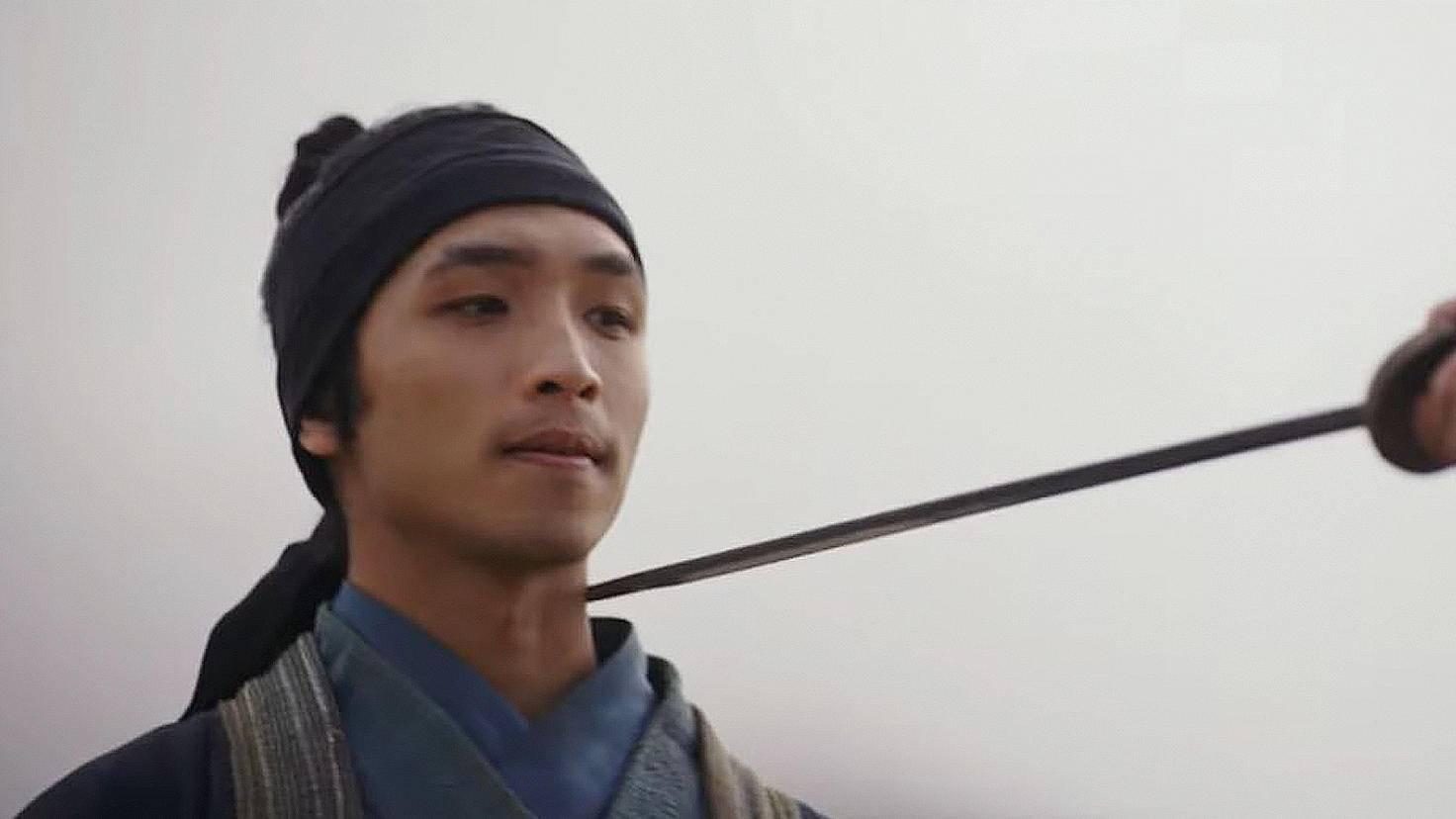 Chen Honghui (Yoson An) admires Mulan.