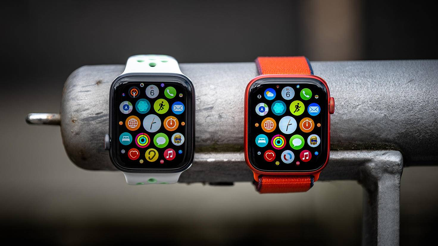 Apple Watch SE (left) and Apple Watch Series 6 (right)